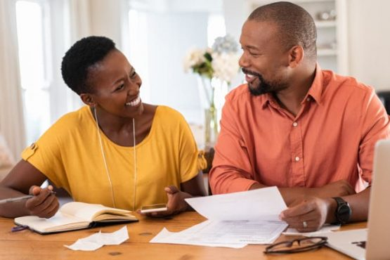 Comment fonctionne le micro crédit ? Le fonctionnement d'un micro crédit immédiat ou d'un mini crédit immédiat se base sur les mêmes principes qu'un prêt personnel. Mais dans ce cas précis, il s'agit du prêt d'un faible montant et accompagné d'une durée de remboursement très restreinte. C'est une formule qui est adaptée à ceux qui ne peuvent avoir accès à un prêt ordinaire. À la différence d'un crédit classique, la demande d'un micro crédit devra se faire auprès d'une enseigne sociale. La différence se fait également au niveau du capital que vous pouvez emprunter : de 300 à 5 000 euros pour le plafond maximum. Le remboursement pourra alors se dérouler sur une période allant de 6 mois à 4 ans, dans certains cas jusqu'à 5 ans. Quels sont les projets que vous pouvez financer avec un micro crédit ? Une fois que vous avez obtenu les fonds d'un mini-crédit, vous pouvez l'utiliser de différentes manières. Mais, il ne faut pas négliger l'aspect social du microcrédit. En fonction de cela, ce genre de crédit vous servira en premier lieu au financement de votre projet personnel. Et pas n'importe quel projet : il faut que le projet en question améliore significativement votre situation. Par exemple, un microcrédit peut servir au financement d'une formation professionnelle. Ou bien pour l'acquisition d'un permis de conduire ou l'achat d'un véhicule pour une réinsertion professionnelle. Le passage par un organisme d'accompagnement social est donc obligatoire. La législation en vigueur concernant le microcrédit Comme tous les crédits existants, le microcrédit est strictement réglementé. Le demandeur est protégé par une loi en vigueur, lui permettant de rembourser par anticipation son emprunt en cours. Un remboursement qui pourra se faire sans avoir des pénalités. Il en va de même pour le taux d'intérêt qui se calculera par rapport à ceux pratiqués dans le circuit financier « normal ». C'est la loi qui encadre le crédit à la consommation classique qui régit le microcrédit. D'ailleu